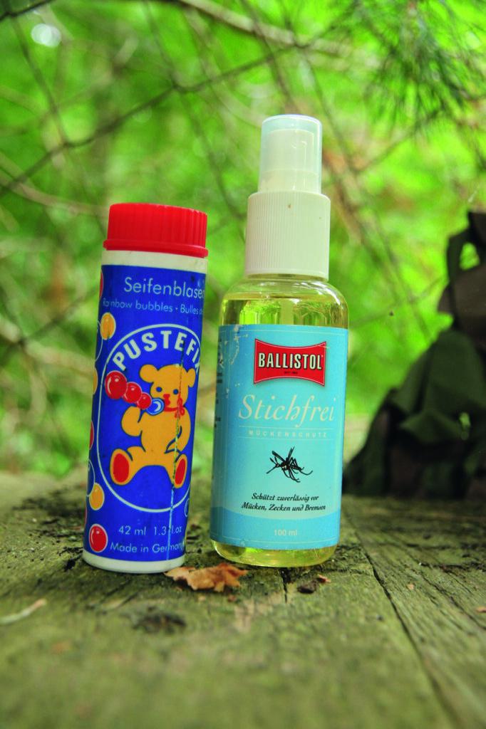 Ein Muss: Mückenschutz und Seifenblasen, um den Wind zu prüfen.